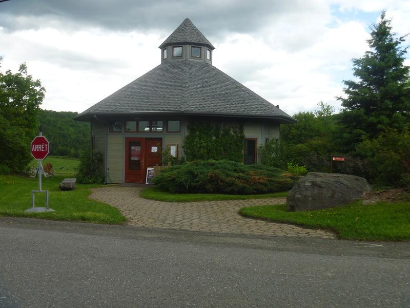 <p>Dans la conception de cette maison, l&#39;architecte Jean Mailhot a utilis&eacute; des arbres pour soutenir le centre du b&acirc;timent.</p>