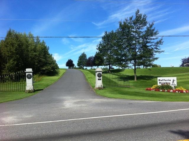 <p>Remarquez les piliers d&#39;entr&eacute;e du golf qui sont enti&egrave;rement faits de granit, t&eacute;moignant de la richesse min&eacute;rale locale.</p>
