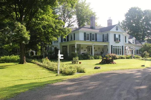 L'ancienne maison ancestrale d'Henrietta Ball-Banting abrite aujourd'hui le gîte cinq étoiles du Domaine Les Boisés Lee Farm à Stanstead.