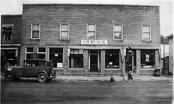 Thomas Ayer a acheté, en 1837, l'hôtel de John Langmaid, qui desservait les passagers de la diligence. Le hameau portait son nom : Langmaid's Flat. Flat parce que le terrain est plat, propice à l'agriculture. Quand le père de Carlton Ayer a repris l'hôtel, le village a été rebaptisé Ayer's Flat. Carlton Ayer a pris sa relève à l'hôtel et à la ferme familiale lors du décès de son paternel.