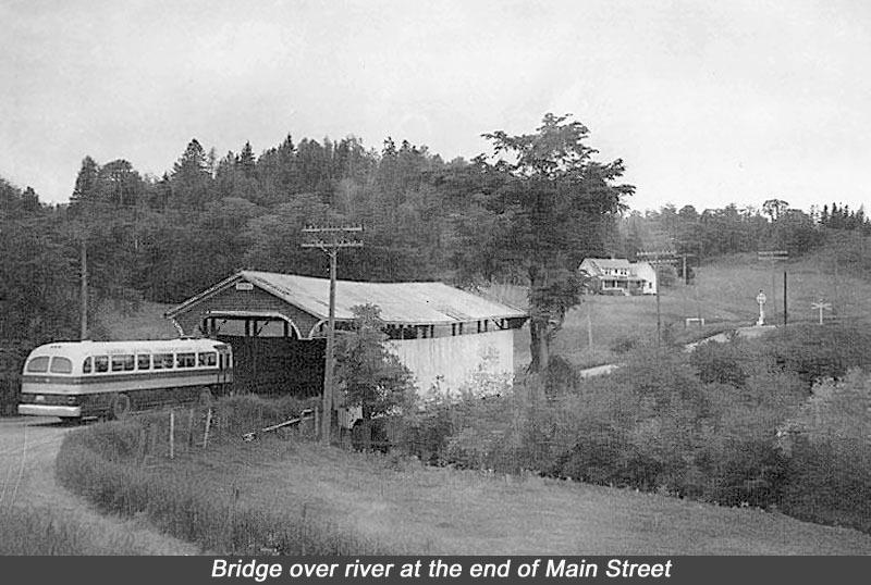 Photo d'un pont couvert traversant la rivière Tomifobia à Ayer's Cliff.