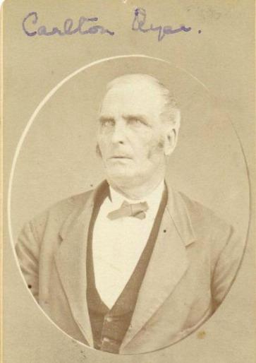 Carlton Ayer, né en 1811,est le fils de Thomas Ayer, le premier colon du New Hampshire venu s'établir à Ayer's Cliff, en 1799. Carlton Ayer a vécu toute sa vie sur les rives du Massawippi.