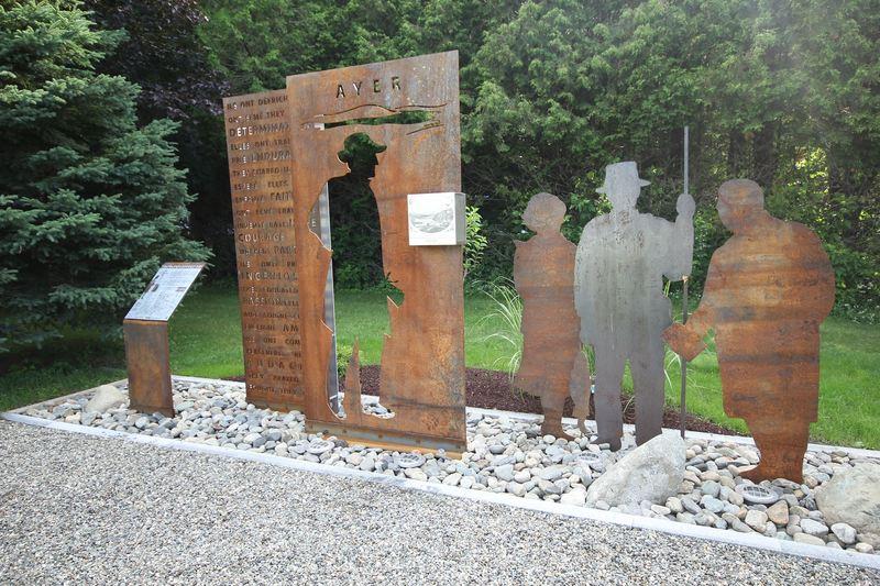 La stèle de Carlton Ayer ainsi que le jardin des pionniers autour.