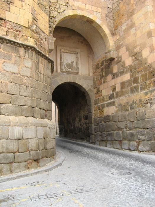 <p>&Agrave; quelques m&egrave;tres de l&#39;&eacute;glise du Corpus Christi, la porte de San Andr&eacute;s donne acc&egrave;s au quartier juif.<br /><br />Bien qu&#39;il n&#39;y ait pas de preuve documentaire de la pr&eacute;sence de juifs dans la ville avant 1215, les historiens affirment qu&#39;une telle possibilit&eacute; existe, du moins &agrave; partir de la fin du XI&egrave;me si&egrave;cle. Mais c&#39;est surtout au cours des si&egrave;cles suivants que&nbsp; la pr&eacute;sence juive &agrave; S&eacute;govie va devenir notoire, avec une densit&eacute; de peuplement la situant parmi les plus importantes de Castille.<br /><br />Une date d&eacute;cisive dans l&#39;histoire de l&#39;aljama (quartier juif) de S&eacute;govie est le 2 f&eacute;vrier 1412, ann&eacute;e au cours de laquelle on obligea non seulement la communaut&eacute; juive, mais &eacute;galement la communaut&eacute; musulmane &agrave; se regrouper &agrave; l&#39;int&eacute;rieur des villes, dans des zones ferm&eacute;es et d&eacute;limit&eacute;es par des murs. Le quartier juif s&#39;&eacute;tendait depuis la rue de l&#39;Almuzara au nord jusqu&#39;&agrave; la muraille de la ville au sud, entre l&#39;ancien abattoir et la porte de San Andr&eacute;s.</p>