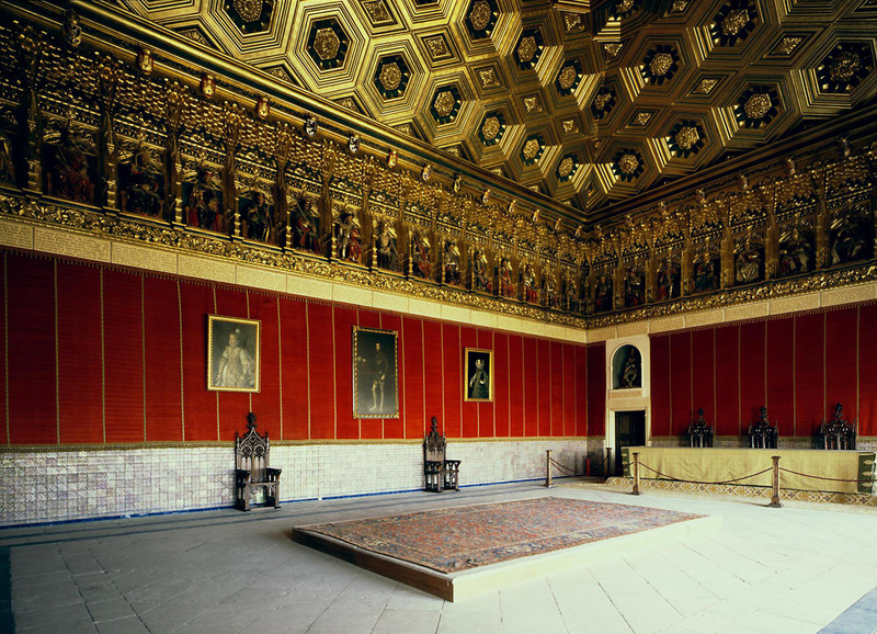 <p>La salle la plus remarquable de l&#39;Alcazar est la Salle des Rois. Elle poss&egrave;de un extraordinaire plafond &agrave; hexagones et losanges dor&eacute;s et une frise originale, o&ugrave; 52 statues polychrom&eacute;es, en position assise, repr&eacute;sentent tous les rois et reines d&#39;Espagne.</p>