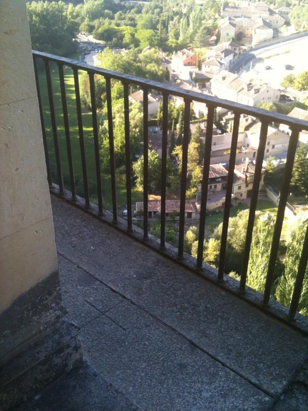 <p>Sur le balcon central de la Salle des Rois, une croix comm&eacute;more la mort de l&#39;Infant.<br /><br />&nbsp;</p>