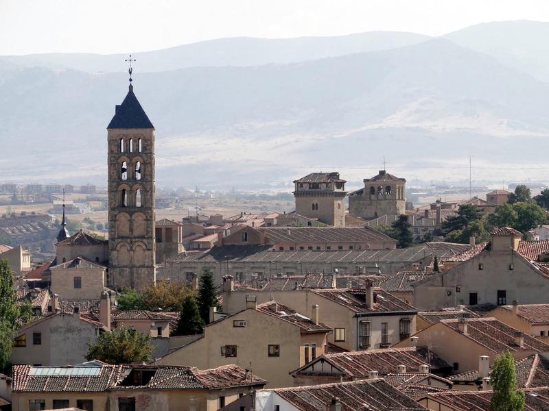 <p>Le quartier des Chevaliers rassemble des manoirs et des palais de familles nobles, comme les palais de la Floresta de Trifontane, du comte Cheste et d&#39;Uceda-Peralta.<br /><br />Ce quartier est parsem&eacute; d&#39;&eacute;glises romanes : l&#39;&eacute;glise San Juan de los Caballeros (qui abrite le mus&eacute;e Zuloaga), l&#39;&eacute;glise San Nicol&aacute;s (de nos jours atelier municipal de th&eacute;&acirc;tre) et l&#39;&eacute;glise San Esteban, &eacute;difice du XIIIe si&egrave;cle dont la tour et le parvis sont des joyaux du style roman tardif en Espagne.</p>