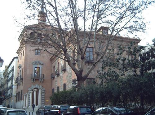 <p>L&#39;ancien h&ocirc;tel particulier de la famille Ayala Berganza, de plan rectangulaire et style gothique, se dresse au milieu du vieux faubourg de San Mill&aacute;n, proche de l&#39;&eacute;glise romane qui donne son nom au quartier. Au XVIII&egrave;me si&egrave;cle il devint propri&eacute;t&eacute; de la famille Ayala Berganza.</p>