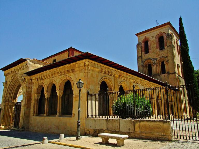 <p>Datant de la fin du XI&egrave;me si&egrave;cle, l&rsquo;&eacute;glise de San Juan de los Caballeros est l&rsquo;une des plus anciennes de S&eacute;govie.<br /><br />Elle se superpose probablement &agrave; une basilique pal&eacute;ochr&eacute;tienne, qui fut la base de constructions successives, Le nom de San Juan de los Caballeros provient des tombeaux des nobles lignages de la ville, que l&rsquo;&eacute;glise sut conserver.<br /><br />En 1905 Daniel Zuloaga en devint propri&eacute;taire et la r&eacute;nova, pour en faire une r&eacute;sidence et un atelier de c&eacute;ramique. Elle deviendra plus tard le mus&eacute;e de la famille Zuloaga, avec des collections de c&eacute;ramique et des archives documentaires. L&rsquo;ensemble appartient aujourd&rsquo;hui &agrave; l&rsquo;&Eacute;tat.</p>