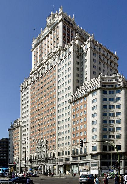 <p>Edificio Espa&ntilde;a est un gratte-ciel de 117 m&egrave;tres de hauteur, construit de 1948 &agrave; 1953 pour abriter un h&ocirc;tel et des bureaux.<br /><br />C&#39;est l&#39;un des tous derniers exemples d&#39;architecture n&eacute;oclassique ou n&eacute;obaroque, &agrave; une &eacute;poque o&ugrave; se d&eacute;veloppait le style international consistant &agrave; construire des b&acirc;timents de forme cubique.<br /><br />&nbsp;</p>