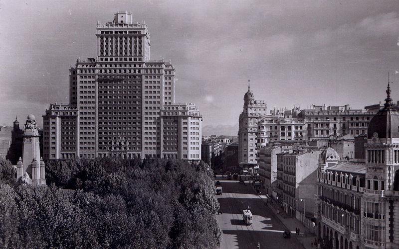 <p>L&#39;immeuble a &eacute;t&eacute; vendu pour 277 millions d&#39;euros en 2005 au groupe Banco de Santander qui devait l&rsquo;am&eacute;nager pour accueillir des appartements de haut standing. La crise du secteur immobilier paralysa le projet. Aujourd&#39;hui le b&acirc;timent est vide.<br /><br />Les derniers ouvriers ayant travaill&eacute; dans l&rsquo;immeuble racontent que les portes des ascenseurs s&#39;ouvrent et se ferment &agrave; volont&eacute; et que des choses &eacute;tranges se sont produites. Ont dit aussi qu&rsquo;un fant&ocirc;me habite le 14&egrave;me &eacute;tage.<br />&nbsp;</p>