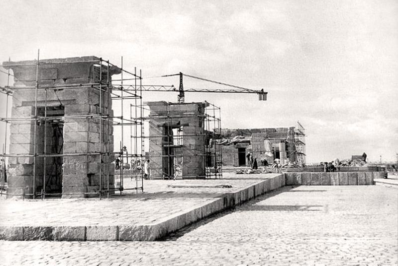 <p>En 1954 l&rsquo;Egypte prit la d&eacute;cision de construire le haut barrage d&#39;Assouan, ce qui allait entra&icirc;ner la cr&eacute;ation d&#39;un immense lac artificiel couvrant la vall&eacute;e du Haut-Nil, depuis Assouan en &Eacute;gypte jusqu&#39;&agrave; la cascade de Dal au Soudan. Cette r&eacute;gion, connue depuis l&#39;antiquit&eacute; sous le nom de Nubie, poss&eacute;dait une tr&egrave;s grande richesse culturelle.<br /><br />Les gouvernements &eacute;gyptien et soudanais demand&egrave;rent de l&#39;aide &agrave; l&#39;UNESCO afin de sauver ces sites. Une vaste campagne internationale pour la sauvegarde des monuments de Nubie fut alors engag&eacute;e. De nombreux sites furent d&eacute;mantel&eacute;s pour &ecirc;tre reconstruits ailleurs.<br /><br />L&#39;&Eacute;gypte en expression de sa gratitude envers les pays qui avaient contribu&eacute; au succ&egrave;s de la campagne, fit don de quatre temples : Taffa aux Pays-Bas (Rijksmuseum van Oudheden de Leiden), Dendur aux &Eacute;tats-Unis (Metropolitan Museum de New York), Ellesyia &agrave; l&#39;Italie (Mus&eacute;e &eacute;gyptologique de Turin) et Debod &agrave; l&#39;Espagne (Parque del Oeste, Madrid).<br /><br />La reconstruction du Temple de Debod, offert par l&rsquo;Egypte en 1968, fut achev&eacute;e en 1972.<br />&nbsp;</p>