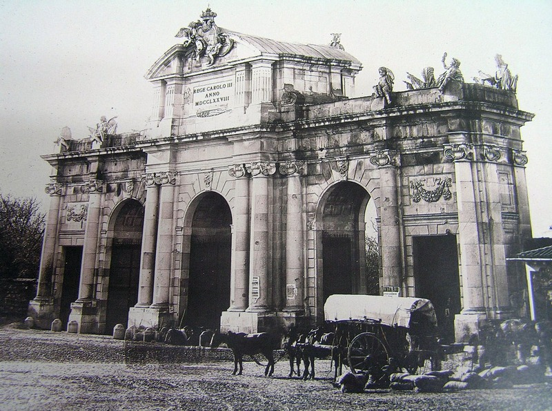 <p>La Puerta de Alcala est l&#39;une des cinq anciennes portes royales qui donnaient acc&egrave;s &agrave; la ville de Madrid. C&rsquo;est l&#39;un des monuments les plus repr&eacute;sentatifs de Madrid.<br /><br />Le nom de la Puerta de Alcala, comme la rue du m&ecirc;me nom, provient de la route qui allait &agrave; Alcal&aacute; de Henares (ville situ&eacute;e au nord-est de Madrid).<br /><br />Ce monument est singulier car il a &eacute;t&eacute; le premier arc de triomphe construit en Europe (1778), apr&egrave;s la chute de l&#39;Empire romain. Il pr&eacute;c&egrave;de l&#39;Arc de Triomphe &agrave; Paris et la Porte de Brandebourg &agrave; Berlin.<br />&nbsp;</p>