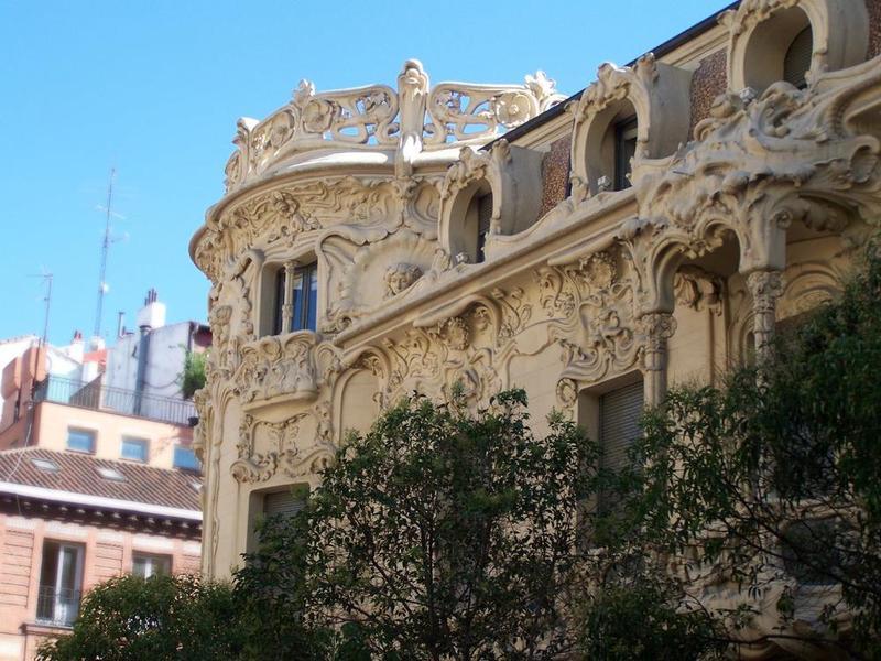 <p>Le Palais Longoria, qui se trouve dans le quartier de Chueca, est l&rsquo;un des plus beaux et secrets b&acirc;timents de Madrid.<br /><br />Actuellement il abrite le si&egrave;ge de la Soci&eacute;t&eacute; G&eacute;n&eacute;rale d&#39;Auteurs et &Eacute;diteurs (SGAE).<br /><br />C&rsquo;est un des rares exemples d&rsquo;architecture moderniste de la capitale et un t&eacute;moignage sans &eacute;gal de ce style.&nbsp;</p>