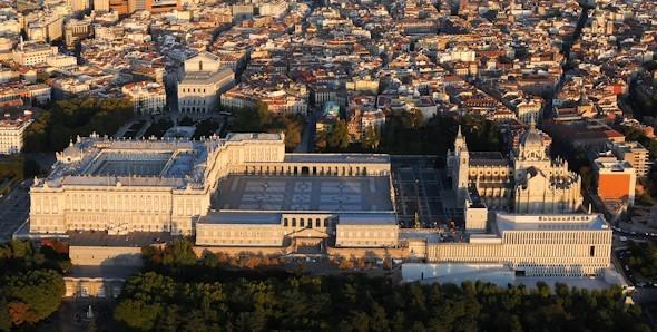 <p>Le Palais Royal de Madrid est la r&eacute;sidence officielle du roi d&rsquo;Espagne, mais son utilisation est restreinte aux c&eacute;r&eacute;monies d&rsquo;&Eacute;tat.<br /><br />Il s&rsquo;agit du plus grand palais d&rsquo;Europe Occidentale car il a 135.000 m2 et 3.418 pi&egrave;ces. Il abrite un pr&eacute;cieux patrimoine historique et artistique.<br />&nbsp;</p>