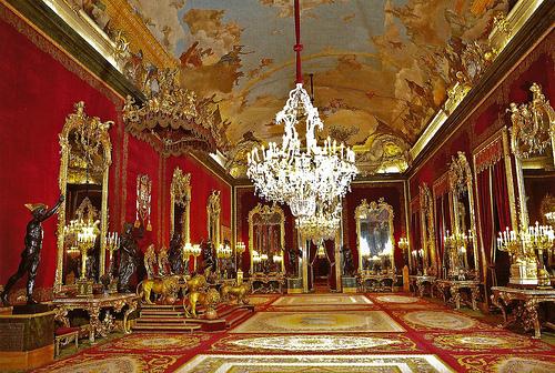 <p>Son origine se remonte au IX si&egrave;cle, lorsque le royaume musulman de Toledo construisit un b&acirc;timent d&eacute;fensif qui ensuite fut employ&eacute; par les rois de Castilla et remplac&eacute; au XVI&egrave;me si&egrave;cle par l&rsquo;ancien Alcazar.<br /><br />Son architecture imite le style fran&ccedil;ais, tout en respectant les proportions italiennes. Sa splendeur et beaut&eacute; sont mises en valeur par les magnifiques jardins qui l&rsquo;entourent : les jardins de Sabatini au nord et Le Campo del Moro au sud.<br /><br />Sa d&eacute;coration est grandiose : ses vo&ucirc;tes sont rev&ecirc;tues de peintures des plus grands artistes de diff&eacute;rentes p&eacute;riodes : Goya, Vel&aacute;zquez, El Greco, Rubens, Tiepolo, Mengs, Caravaggio, Vicente L&oacute;pez. Le palais compte &eacute;galement avec certaines collections royales importantes historiquement, comme celle de l&rsquo;Armer&iacute;a Real, qui pr&eacute;sente des armes et armures datant du XIII si&egrave;cle et au-del&agrave;. Par ailleurs, il abrite la plus grande collection mondiale de Stradivarius et des collections uniques de tapisseries, porcelaines, mobilier et autres objets de grande valeur.<br />&nbsp;</p>