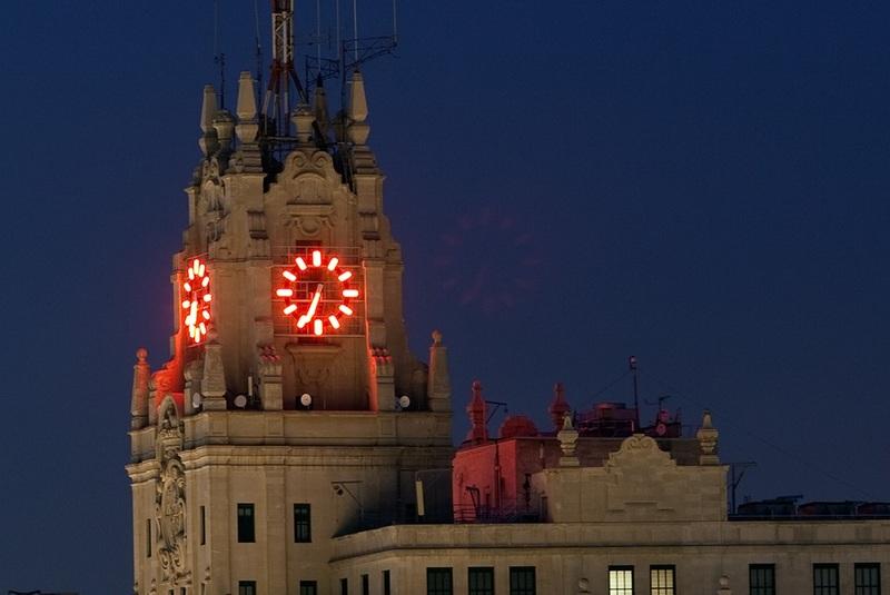 <p>Achev&eacute; en 1929, cet immeuble est le premier gratte-ciel construit en Espagne et fut le plus haut d&#39;Europe au moment de sa construction, avec ses 89 m et ses 14 &eacute;tages.<br /><br />Sa silhouette asym&eacute;trique et son horloge &eacute;clair&eacute;e au n&eacute;on de couleur lui donnent un aspect singulier et font de lui un rep&egrave;re dans la tr&egrave;s fr&eacute;quent&eacute;e Gran Via, qui est l&#39;une des principales art&egrave;res de la ville.<br /><br />Actuellement, il abrite l&#39;entreprise Telef&oacute;nica, le magasin Telefonica Flagship Store9, un Mus&eacute;e des T&eacute;l&eacute;communications et un auditorium.</p>