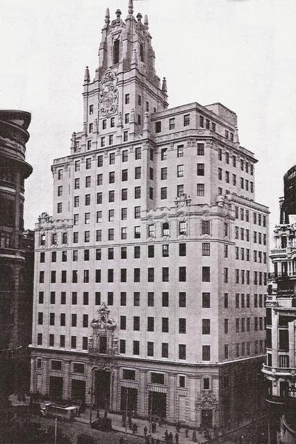<p>Au d&eacute;but des ann&eacute;es 30, cet immeuble symbolisait l&#39;ouverture de l&#39;Espagne vers le progr&egrave;s et le monde de la communication, car il &eacute;tait le si&egrave;ge de la compagnie nationale de t&eacute;l&eacute;communications.<br /><br />Il fut construit entre 1925 et 1928 par l&#39;architecte Ignacio Cardenas, d&#39;apr&egrave;s un projet de l&#39;am&eacute;ricain Lewis S. Weeks, concepteur de l&#39;immeuble de t&eacute;l&eacute;communications ITT &agrave; New York.<br /><br />En octobre 1928, avant la fin des travaux, le roi Alphonse XIII inaugura l&#39;ouverture de la ligne t&eacute;l&eacute;phonique Madrid-Washington, en appelant le pr&eacute;sident Calvin Coolidge. Il fit de m&ecirc;me un mois plus tard avec le g&eacute;n&eacute;ral Gerardo Machado, de Cuba.<br /><br />Son inauguration officielle eut lieu en 1930.<br />&nbsp;</p>