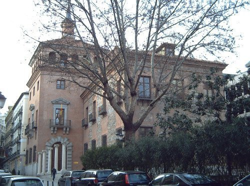 <p>The former mansion house of the Ayala Berganza family, with a rectangular shape and a gothic style stands in the middle of the old San Mill&aacute;n faubourg, near the Romanesque church which gave its name to the neighbourhood. In the XVIII century it passed into the hands of the Ayala Berganza family.</p>