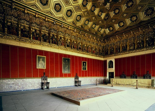 <p>The most remarkable room of the Alcazar is the Hall of the Kings. It has an extraordinary ceiling of gold hexagons and diamonds and an original frieze, where 52 polychrome statues, in a seated position, representing all of the kings and queens of Spain.</p>