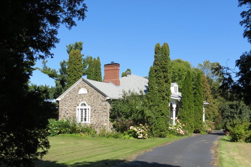 <p>Cette maison de pierre situ&eacute;e dans un site enchanteur fut construite en 1833 pour John Marston et reste en Ontario, un des plus beaux exemples existants de l&#39;architecture de style R&eacute;gence, qui se situe entre les styles g&eacute;orgien et victorien.<br />&nbsp;</p>