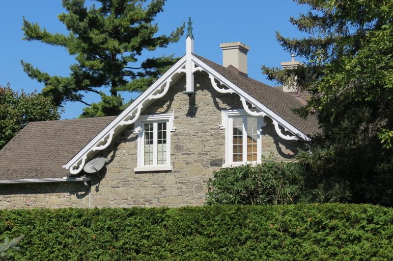 <p>Construite par John W. Higginson, cette maison en pierre s&#39;inspire de l&#39;architecture &eacute;cossaise, notamment par ses arcs, pignons de style gothique et fen&ecirc;tres &agrave; trois sections.</p>