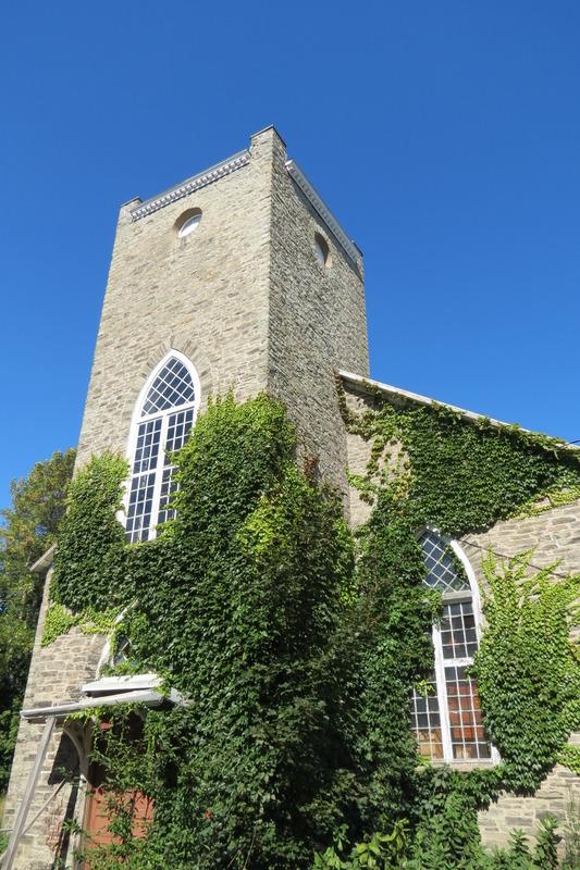 La flèche du clocher qui coiffait autrefois la tour fut détruite par les flammes en 1920.