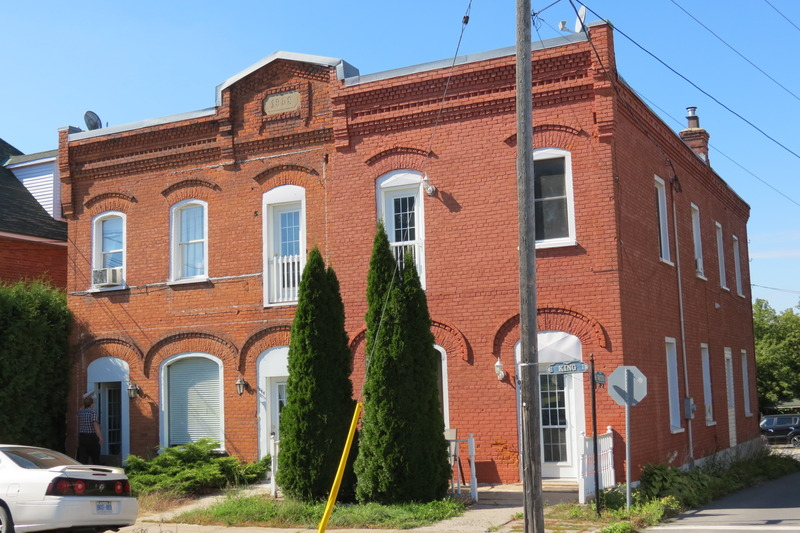<p>D&egrave;s sa construction, l&#39;immeuble fut occup&eacute; par la Banque Sterling, puis par la Banque d&#39;Hochelaga et ensuite par la Banque Canadienne Nationale.</p>