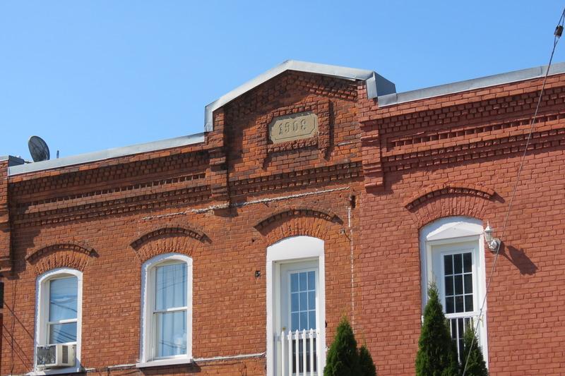 <p>Il devint par la suite le bureau de poste, puis le central de la compagnie de t&eacute;l&eacute;phone Bell, avant de prendre la vocation d&#39;immeuble &agrave; logements.</p>