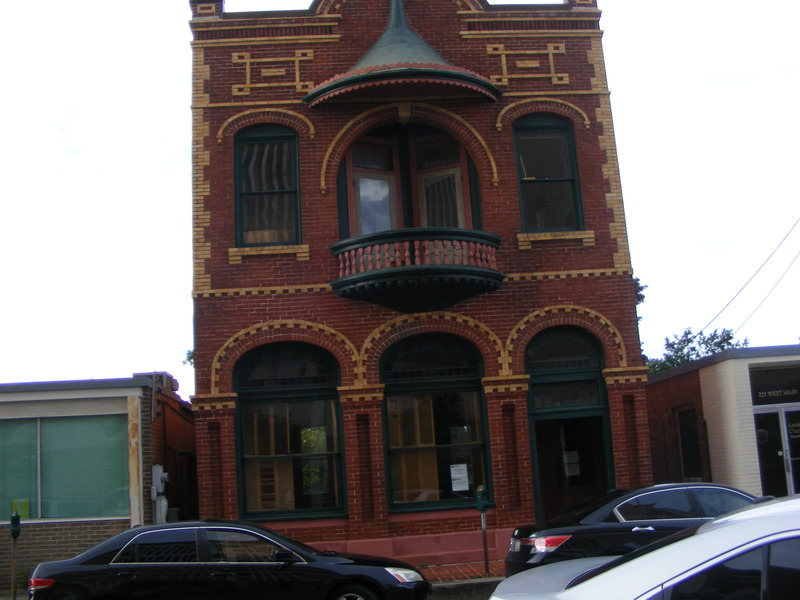 <p><br />La Vieille Mairie on National Register of Historical Places. Architect George Knapp born in Indiana / n&eacute; en Indiana. Design: Clayton Martin House (6), Masonic Hall (20), Gordon Hotel (21) et le couvent Mount Carmel. Il est mort 1949.<br />&nbsp;</p>