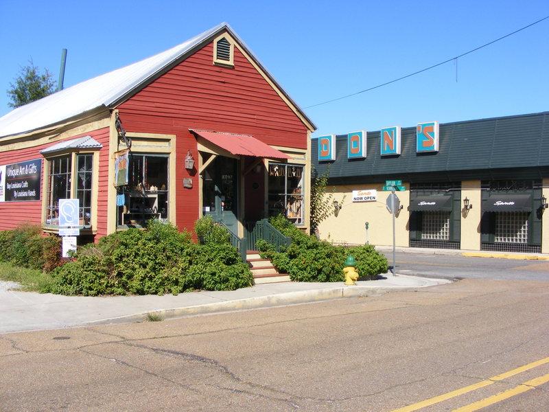 <p>This housed a bookstore and now belongs to the Louisiana Crafts Guild / Ancienne librairie est maintenant la Guilde des Artisans de Louisiane.</p>