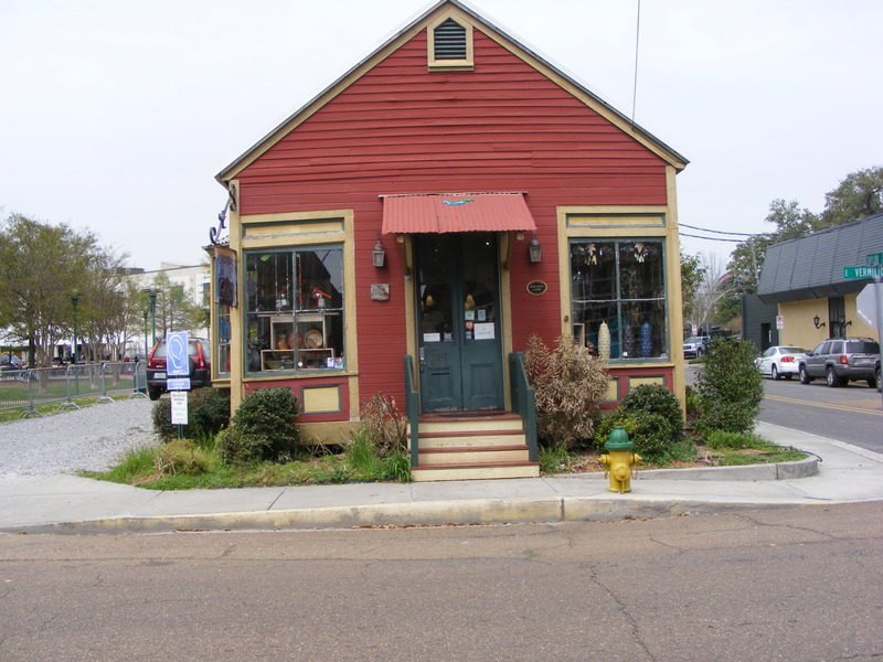 <p>Sans Souci housed a bookstore and now belongs to the Louisiana Crafts Guild / L&#39;ancienne librairie est maintenant la Guilde des Artisans de Louisiane.</p>