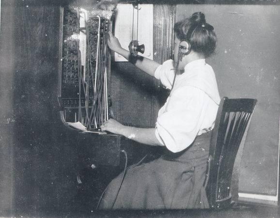 <p>Telephone exchange operator in 1920&#39;s / Operatrice de l&#39;&eacute;change t&eacute;l&eacute;phonique vers 1920.&nbsp;(Courtesy Lafayette Clerk of Court)</p>