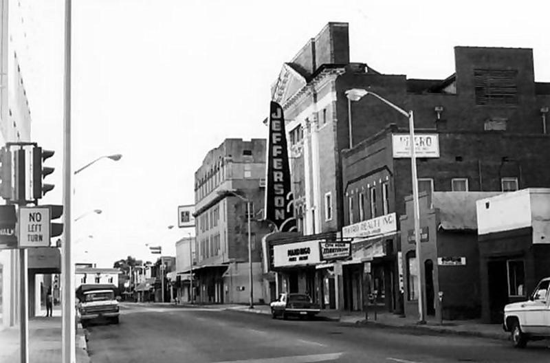 <p>Before Jefferson Theater&#39;s destruction in 1976 / Avant la destruction du th&eacute;&acirc;tre Jefferson en 1976 (Courtesy Lafayette Clerk of Court)</p>