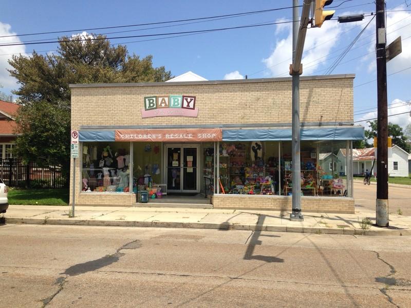 <p>Le magasin au coin des rues Lamar et Jefferson (1335 rue Jefferson) a &eacute;t&eacute; construit vers 1920 et r&eacute;nov&eacute; dans les ann&eacute;es soixante. C&rsquo;&eacute;tait le commerce des Saloom o&ugrave; tous pouvaient &ecirc;tre servis. C&rsquo;est aujourd&rsquo;hui Baby &amp; Me.</p>