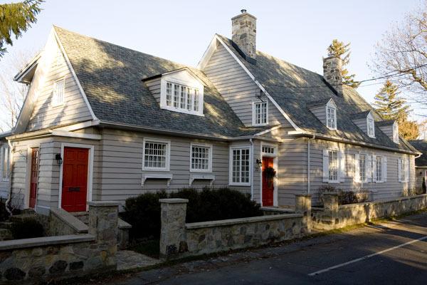 <p>La maison du major Walker<br />22, rue De Richelieu<br /><br />Des quelques milliers de soldats britanniques qui sont pass&eacute;s par Chambly, certains ont pris leur retraite et ont &eacute;pous&eacute; des r&eacute;sidantes du village, d&rsquo;autres, d&eacute;mobilis&eacute;s, se sont install&eacute;s dans la r&eacute;gion. Cette maison a &eacute;t&eacute; construite pour un haut grad&eacute; de l&rsquo;arm&eacute;e britannique, le major g&eacute;n&eacute;ral Fitz William Walker.</p>
