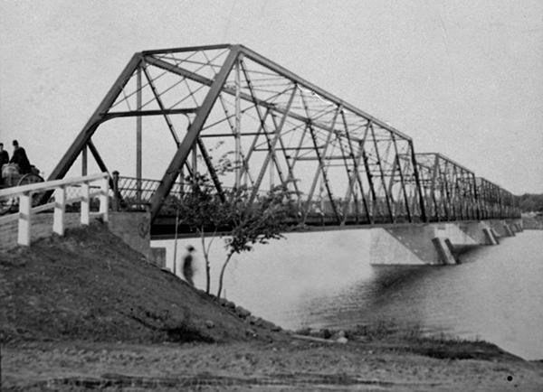 <p>Le pont Yule<br />Au bout de la rue De Richelieu<br /><br />&Agrave; Chambly, le pont est ouvert en 1846, vingt ans apr&egrave;s le premier pont &agrave; franchir le Richelieu (Saint-Jean). Le pont actuel entre Richelieu et Chambly est le quatri&egrave;me &agrave; avoir &eacute;t&eacute; construit au m&ecirc;me endroit.</p>