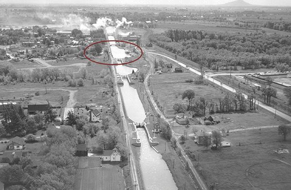 <p>Le canal, au bout de la rue Saint-Georges<br />En bordure du canal<br /><br />D&eacute;fiant une importante d&eacute;nivellation d&rsquo;environ 24 m&egrave;tres, le canal relie Chambly &agrave; Saint-Jean-sur-Richelieu sur une distance de 20 kilom&egrave;tres. Il a &eacute;t&eacute; construit malgr&eacute; des difficult&eacute;s nombreuses et a n&eacute;cessit&eacute; l&rsquo;embauche de centaines d&rsquo;&eacute;clusiers, de charretiers et d&rsquo;ouvriers de toutes les sp&eacute;cialit&eacute;s. Unique au Qu&eacute;bec, il est le seul dont 8 &eacute;cluses sur 9 s&rsquo;ouvrent toujours manuellement comme &agrave; la belle &eacute;poque.</p>