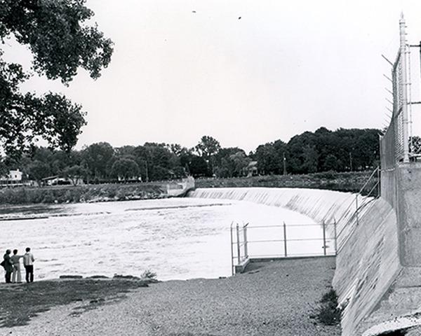<p>Le barrage et la passe &agrave; anguilles<br />Face au 51, rue De Richelieu<br /><br />Le barrage ne produit pas d&rsquo;&eacute;nergie &eacute;lectrique mais sert &agrave; hausser le niveau d&rsquo;eau pour les besoins de l&rsquo;aqueduc de la Ville. Il est possible de s&rsquo;en approcher et de voir la passe &agrave; anguilles qu&rsquo;Hydro-Qu&eacute;bec a install&eacute;e au flanc du mur.</p>