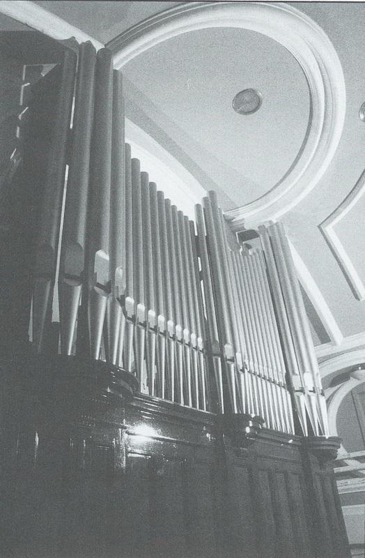 <p>Orgue sur lequel Mme Augustine Plamondon&nbsp;a jou&eacute; pendant plus de 70 ans. On retrouve encore&nbsp;cet orgue aujourd&#39;hui&nbsp;dans l&#39;&eacute;glise de Saint-Raymond.<br />&nbsp;</p>