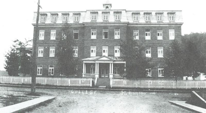 <p>Le premier Coll&egrave;ge a &eacute;t&eacute; construit en 1908 par Ferdinand Pag&eacute;, d&#39;apr&egrave;s les plans des architectes Talbot et Dionne. L&#39;&eacute;difice de 100&#39; x 55&#39; a &eacute;t&eacute; &eacute;rig&eacute; pour la somme de 25 000 $.</p>