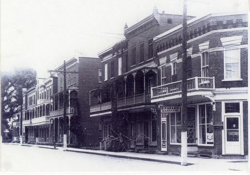 <p>La rue Saint-Joseph en 1940. Suite &agrave; l&#39;incendie de 1899, les maisons sont reconstruites en brique.</p>