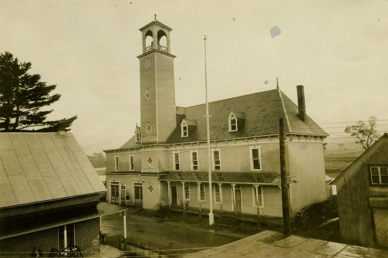 <p>Le premier h&ocirc;tel de ville de Saint-Raymond a &eacute;t&eacute; construit en 1903 et agrandi en 1909. L&#39;&eacute;difice abritait une salle de r&eacute;ception et de spectacle, un logement pour le gardien, le bureau du secr&eacute;taire-tr&eacute;sorier, et la brigade d&#39;incendie. Le tocsin, au sommet de la tour, a &eacute;t&eacute; install&eacute; en 1904. Quant &agrave; la tour elle-m&ecirc;me, elle servait au s&eacute;chage des boyaux. Le vieil h&ocirc;tel de ville marquait la fin de la rue Saint-Jacques, &agrave; laquelle il faisait face. Il a &eacute;t&eacute; d&eacute;moli en 1957 afin de prolonger cette rue, notamment par la construction du pont Chalifour.</p>