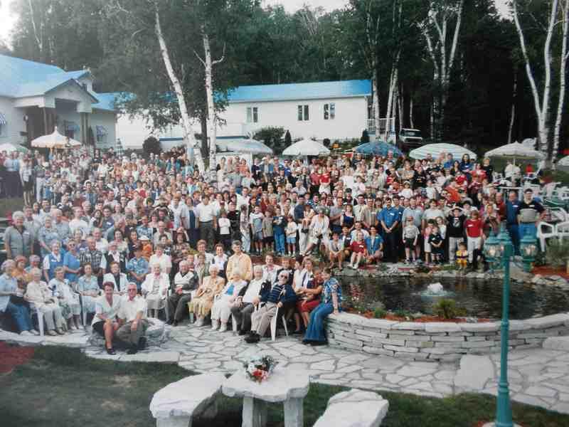 <p>Les descendants d&rsquo;Isidore et leurs conjoints en l&rsquo;an 2000, lors de la grande f&ecirc;te familiale tenue chez Omer Madore &agrave; Baldwin Mills</p>