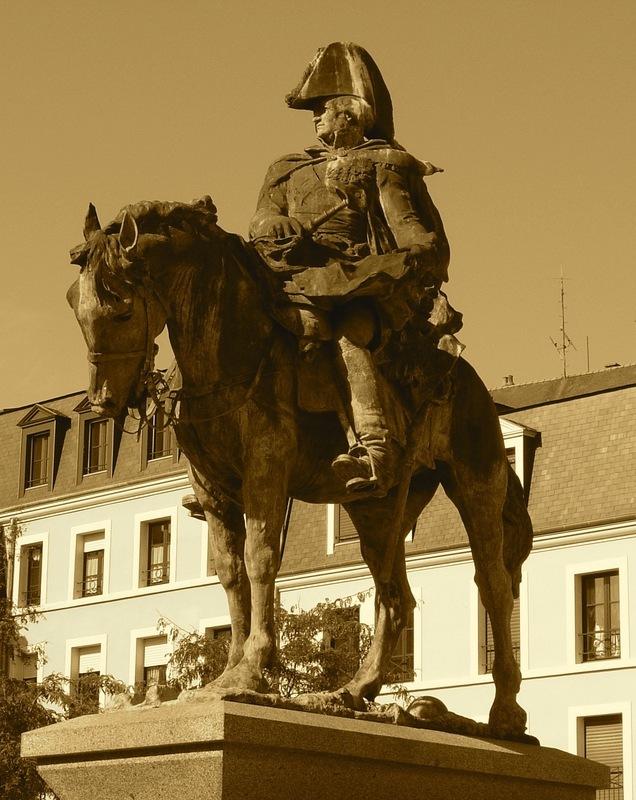 <p>La version originale de ce monument &eacute;questre a &eacute;t&eacute; saisie durant la Seconde Guerre mondiale par les occupants ennemis. Ce n&#39;est qu&#39;en 1999 qu&#39;il a &eacute;t&eacute; remplac&eacute; par une statue identique, ceci gr&acirc;ce au sculpteur mayennais Louis Derbr&eacute;.</p>