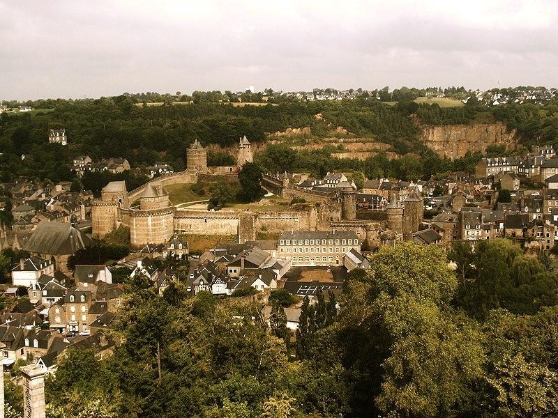 <p>La construcci&oacute;n del Castillo de Foug&egrave;res se inicio hace mil a&ntilde;os aproximadamente. La fortaleza se extiende sobre una superficie de 2 hect&aacute;reas y posee 13 torres. Es la mayor de su tipo en Europa.<br /><br />Edificado sobre una inmensa roca situada en medio de un pantano, el castillo est&aacute; rodeado por el rio Nan&ccedil;on, lo que hace de &eacute;l un lugar estrat&eacute;gico protegido de forma natural.</p>