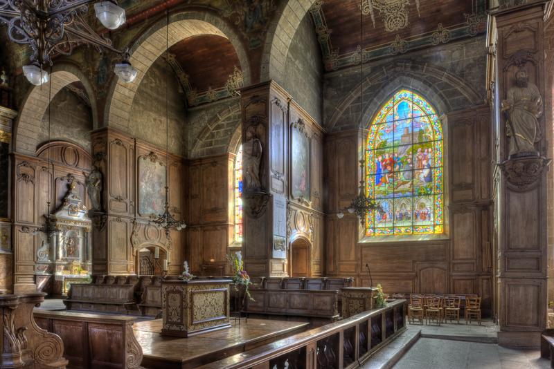 <p>Las vidrieras actuales de Saint-Sulpice han sido realizadas entre 1885 y 1926, excepto cinco fragmentos de vidrieras fechados en 1558, atribuidos al maestro vidriero de Foug&egrave;res, Pierre Symon, que ilustran la crucifixi&oacute;n de Cristo.</p>