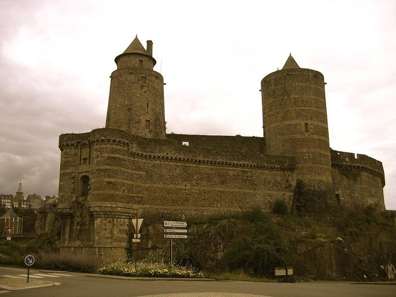 <p>Se acced&iacute;a anta&ntilde;o a esta parte del castillo a trav&eacute;s de un puente levadizo. Desde este lugar tambi&eacute;n se canalizaba el agua del rio Nan&ccedil;on hasta las cocinas del castillo.<br /><br />La imponente estructura en primer plano es la poterna de Amboise que data de 1440. Lleva este nombre en honor de Fran&ccedil;oise d&rsquo;Amboise, esposa del duque de Breta&ntilde;a de la &eacute;poca.<br /><br />A su izquierda se encuentra la torre de Gobelin, que alberg&oacute; una mazmorra tristemente c&eacute;lebre, principalmente por las v&iacute;ctimas de la tiran&iacute;a revolucionaria que en ella fueron encerradas y torturadas en 1792 y 1793. La torre de Gobelin est&aacute; situada estrat&eacute;gicamente en uno de los lugares m&aacute;s inaccesibles y mejor defendidos por su entorno natural. Posee cinco niveles, uno de ellos subterr&aacute;neo.<br /><br />A la derecha de la entrada se sit&uacute;a la torre de M&eacute;lusine. Como la torre de Gobelin, sirvi&oacute; de mazmorra. Su base se asienta directamente sobre la roca y le proporciona una resistencia a prueba de posibles asaltos. El talud permite que los proyectiles lanzados desde lo alto de la torre reboten sobre los asaltantes.</p>