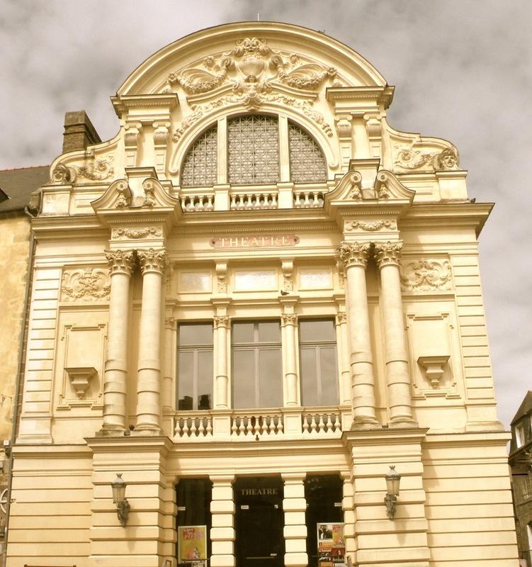 <p>Este teatro de estilo italiano fue construido durante un periodo de prosperidad econ&oacute;mica, para satisfacer la demanda de una poblaci&oacute;n obrera en pleno auge.<br /><br />La denominaci&oacute;n de teatro V&iacute;ctor Hugo fue otorgada en homenaje al c&eacute;lebre escritor del mismo nombre. V&iacute;ctor Hugo que descubri&oacute;, anta&ntilde;o, la ciudad con su amante, Juliette Drouet, originaria de Foug&egrave;res.<br /><br />El teatro es inaugurado en 1886. En su origen, la sala tiene una capacidad de 650 personas y r&aacute;pidamente el p&uacute;blico se apasiona por la &oacute;pera, operetas, dramas y comedias.<br /><br />Durante la segunda guerra mundial, el teatro sufre da&ntilde;os por los bombardeos. Se cierra en 1944 y no ser&aacute; reabierto hasta 1946.</p>