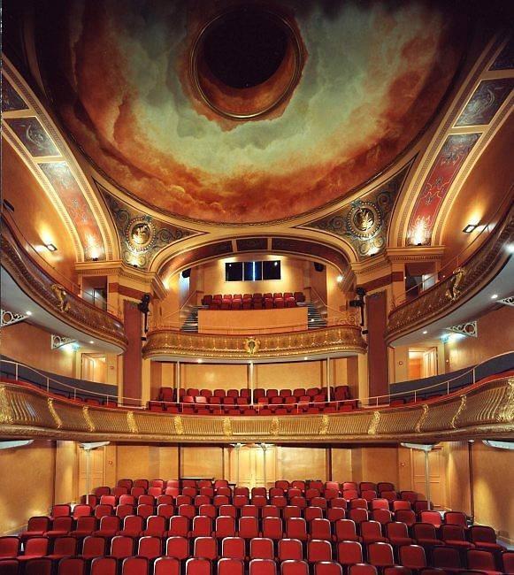 <p>En 1979, el teatro V&iacute;ctor Hugo debe cerrar ya que no cumple con las nuevas normas de seguridad.<br /><br />En 1996, se vota una restauraci&oacute;n, y en 2001, el teatro vuelve a abrir sus puertas...con el encanto de su decorado de finales del siglo XIX. Desde entonces cuenta con 250 localidades.</p>